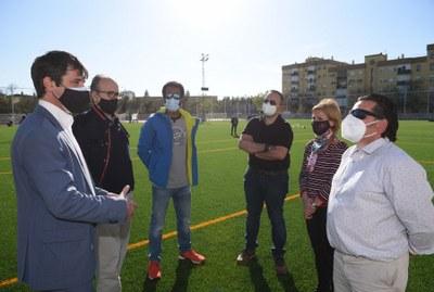 El delegado de Transición Ecológica y Deportes, David Guevara, y la delegada del Distrito Sur, Marisa Gómez, han visitado el nuevo campo de césped artificial de La Oliva junto a representantes de entidades deportivas.