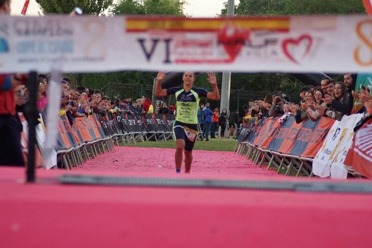 María Pujol entrando en meta en el Half triatlón de Sevilla 2019
