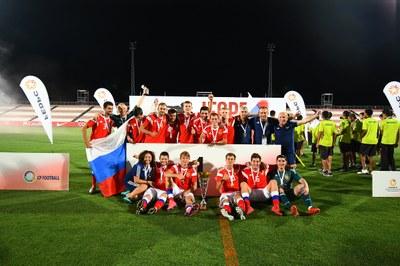 El equipo ruso, con el trofeo que le acredita como campeón de la Copa del Mundo de Fútbol 7 para personas con parálisis cerebral Sevilla 2019