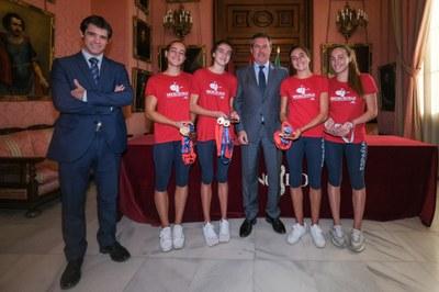 El alcalde Juan espadas y el delegado de Transición Ecológica y Deportes, David Guevara, con las nadadoras del Club Natación Sincro Sevilla.