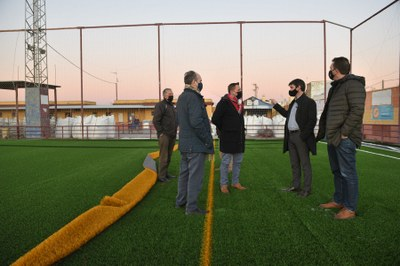 El delegado de Transición ecológica y Deportes, David Guevara, visita el nuevo campo de césped artificial del Centro Deportivo Vistahermosa, en Valdezorras.