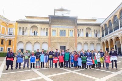 El alcalde de Sevilla, Juan Espadas, y el delegado de Deportes, David Guevara, junto a los representantes de los equipos adscritos al Programa de Alta Competición.