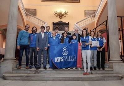 El Ayuntamiento recibe al club ADSevilla tras el triunfo de Manuel Martín en el Campeonato de España máster en pista cubierta a sus 78 años
