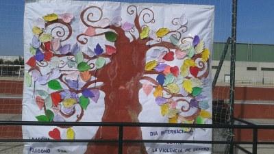 Los alumnos se unieron para crear un árbol de la vida con mensajes de apoyo a la igualdad