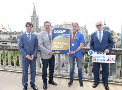 El Zurich Maratón de Sevilla homenajea a Abel Antón en el 20º aniversario de su triunfo en el Mundial con la retirada del dorsal 354