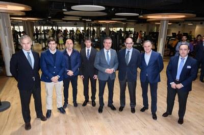 El alcalde de Sevilla, Juan Espadas, y el Delegado de Transición Ecológica y Deportes, David Guevara, en la inauguración del Centro Deportivo Viding Piscinas Sevilla.