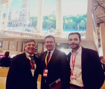 El alcalde de Sevilla, Juan Espadas, junto con Joaquín Cuevas, director de Deporinter –empresa organizadora- y Carmelo Asencio, director técnico de la prueba, en Fitur 2019.