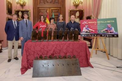Presentación del trofeo de la Regata femenina Sevilla - Betis, en el Ayuntamiento