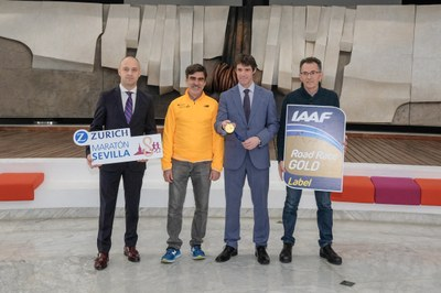 El delegado de deportes, David Guevara, ha presentado la medalla oficial del Zurich Maratón de Sevilla.