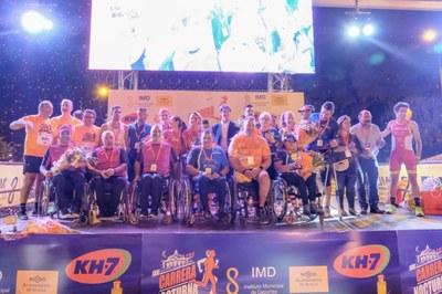 Foto de familia de los premiados en la Carrera Nocturna del Guadalquivir KH7 2019
