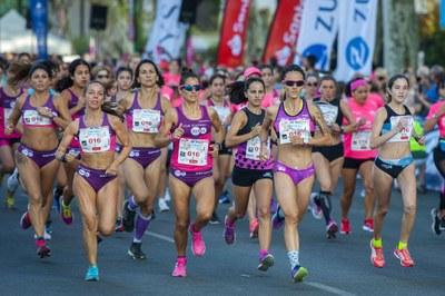 Cabeza de carrera en los primeros metros de la Carrera de la Mujer Sevilla 2018