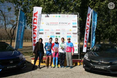 Podium con los ganadores del 8º Honda Civic Duatlón de Sevilla