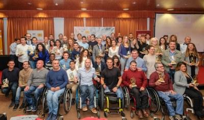 Foto de familia con los premiados en el Circuito de Carreras #Sevilla10 2018.
