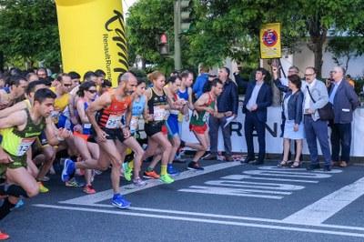 La delegada de los distritos Triana y Los Remedios, Carmen Castreño, da la salida a los corredores de la categoría 10K.