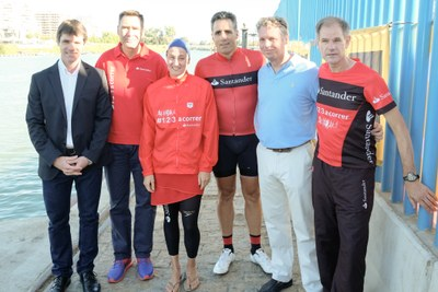 El delegado de deportes, David Guevara, junto a Mireia Belmonte, Miguel Induráin y Abel Antón, ganadores de relevo en el V Triatlón Puerto de Sevilla