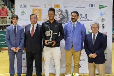Auger-Aliassime recibe el trofeo ganador de la 55ª Copa Sevilla Challenger