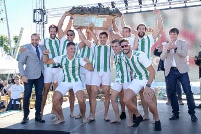 Entrega de premios al bote masculino del Betis, tras imponerse en la Regata Absoluta de la 51 edición de la Sevilla-Betis